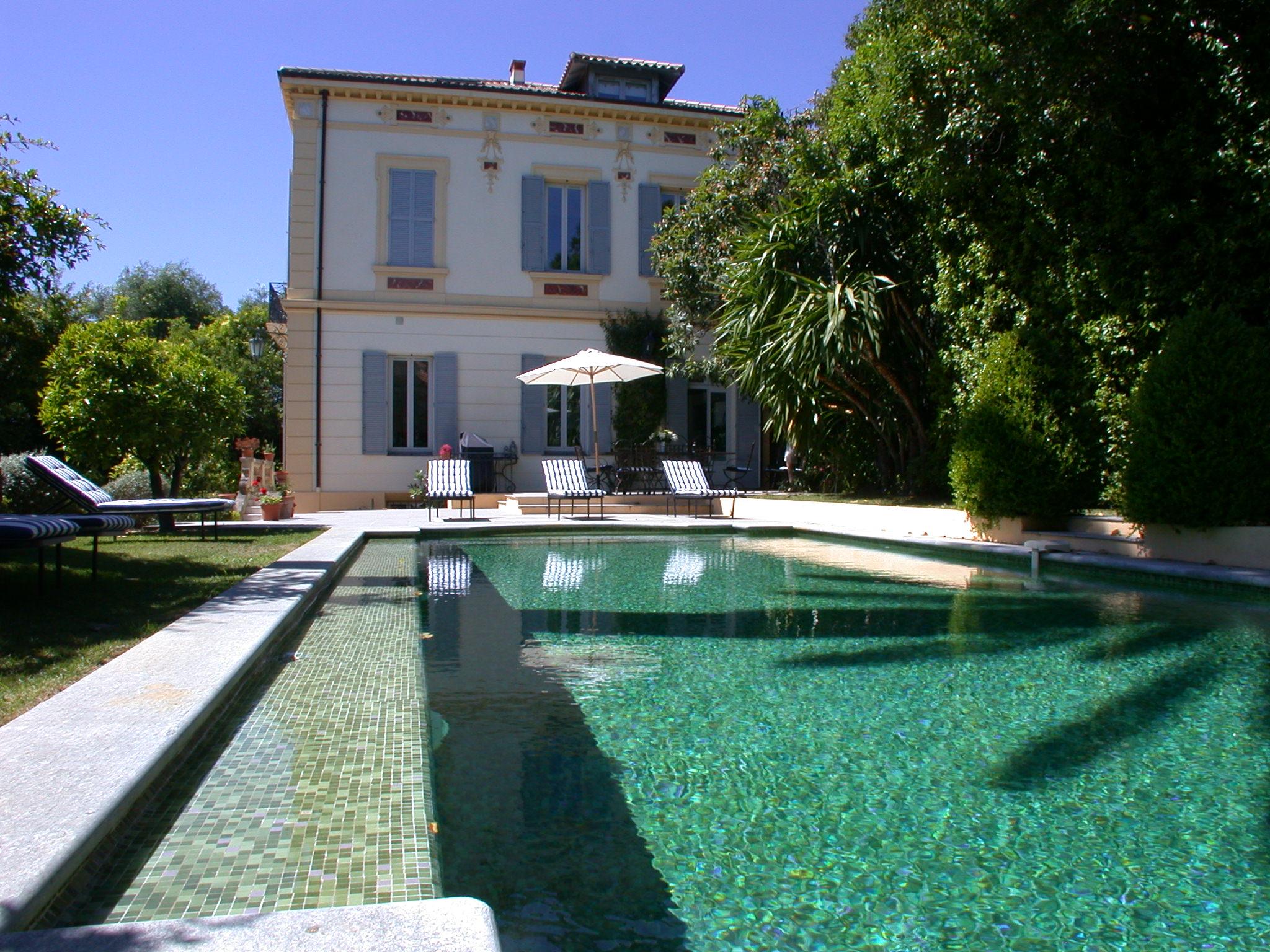 Pool and garden villa nembrini for Anda garden pool villas